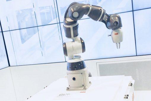 robot collaborativo YuMi ABB a un braccio
