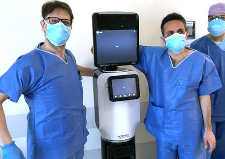 robot assistenza covid-19 telepresenza